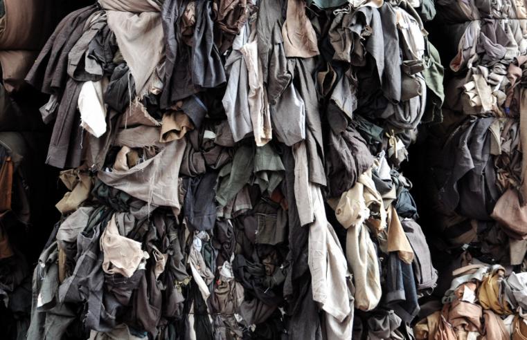 Textilien auf der Mülldeponie
